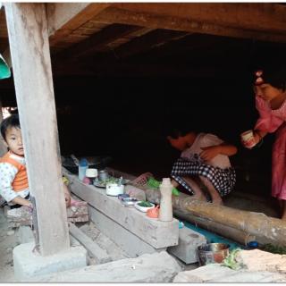 Les enfants représentent entre un tiers et la moitié des habitants de ces camps. Même si les activités manquent, leur imagination leur permet de trouver de nouveaux jeux, ici une dînette improvisée sous une cabane.