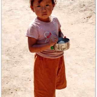 L'univers des camps de déplacés et de réfugiés est aussi celui de la drogue, de la violence et de trafics en tous genre. Les enfants, et notamment les filles, sont souvent les premières victimes de l'inactivité des adultes.