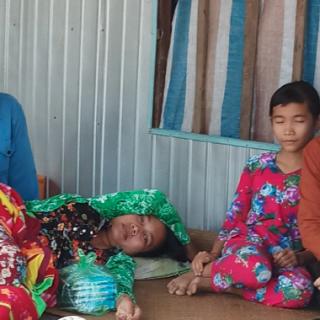 A droite, sœur Cuc, rendant visite à la famille de Mai Linh et à sa mère atteinte d'un cancer du sein.