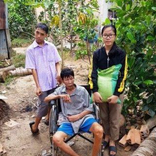 Phuong Anh avec son père et son frère handicapé