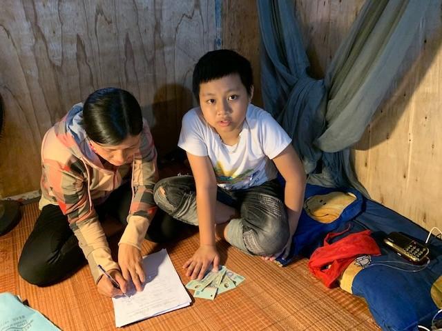 Thinh et sa maman lors de la réception de l'aide covid