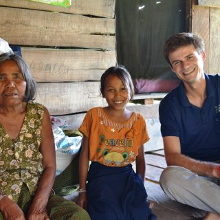 Bruno Vautherin, volontaire Bambou au Cambodge en 2014, avec sa filleule