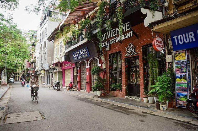 la rue Au Trieu à Hanoï, très prisée par les touristes, les boutiques sont ici fermées et la rue desertée