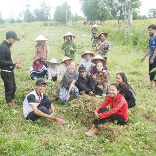 Au détour d'une visite, Hermine découvre le ramassage de cacahuètes avec les habitants du village