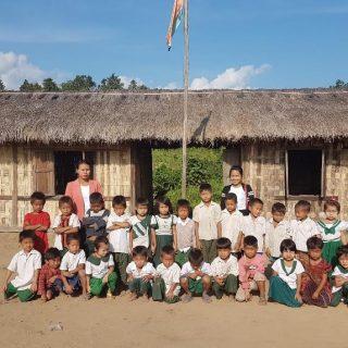 En 2015, un cyclone a ravagé plusieurs villages de montagne. Suite à cela, 95 familles se sont installés dans le quartier de Thangkhai, un village qui borde les monts Chin à l'ouest de la Birmanie. Ce nouveau quartier est à l'écart du village, et donc éloigné de l'école, ce qui entraine de la déscolarisation, notamment pendant la mousson. En effet, le niveau de vie est extrêmement bas. Les habitants sont des travailleurs journaliers, ils n'ont donc pas de revenus fixes et ne peuvent pas accompagner leurs enfants à l'école chaque matin. Le besoin étant plutôt urgent, les parents et le comité en charge de l'éducation dans le village se sont mobilisés et ont construit une cabane de fortune en bambou qui abrite deux classes. Le projet consiste à construire une école primaire dans ce nouveau quartier. Elle sera composée de cinq classes, accueillants plus d'une cinquantaine d'élèves de 6 à 10 ans (du CP au CM2).