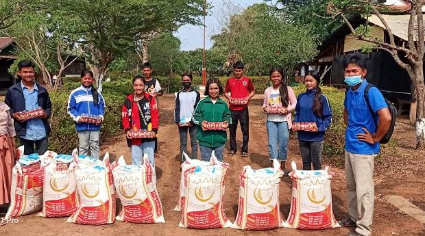 Distribution au Centre de Banteay Chhmar ©Albane & Benjamin, volontaires Bambous au Cambodge