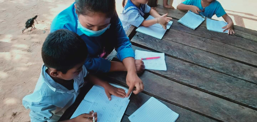 Distribution au Centre dUne institutrice faisant cours aux Maternelles ©Albane & Benjamin, volontaires Bambous au Cambodge