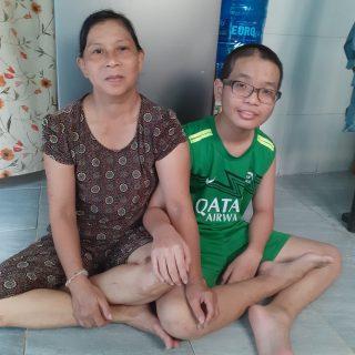 Minh Tri, un filleul, avec sa maman