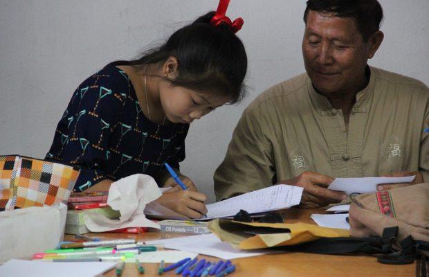 Linthy aide une filleule à écrire à son parrain
