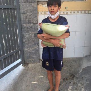 Jeunes élèves venant chercher un carton d'aide alimentaire.
