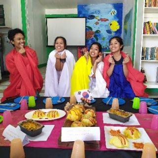 Concours cuisine sur le thème de l'Asie. Chaque équipe devait concocter une entrée, un plat ou un dessert originaire d'un des pays suivant : Corée, Vietnam, Thaïlande. Voici ci-contre le plat principal en provenance de Corée. Les jeunes nous ont encore une fois épatés par leurs capacités créatives.