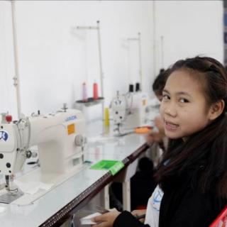 Une étudiante au Laos lors de sa formation de couture