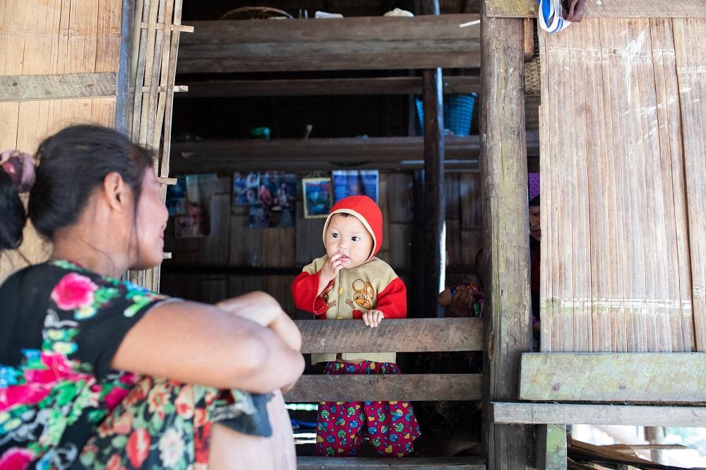 Petit enfant karen et sa mère