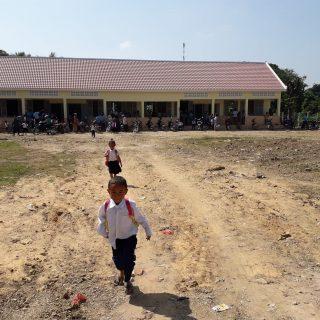 Des enfants devant les nouvelles classes de Maternelles ©Fondation Etincelle