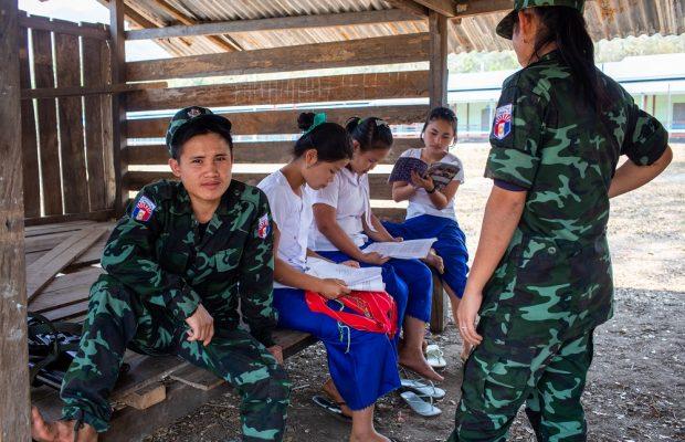 Des miliciens karen surveillent des étudiantes en examens.