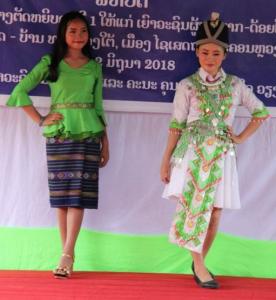 Un défilé de mode à l'école de couture pour les plus pauvres à Vientiane, Laos.
