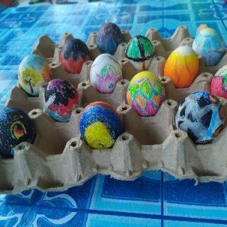 Décoration des œufs de Pâques suivie par la traditionnelle chasse aux œufs.
