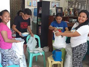 Distribution de nourriture à Inayawan