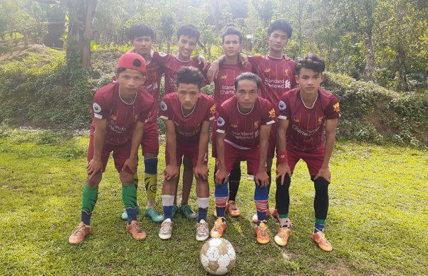 Aloysius – grand fan de football- avec son équipe de football lors de son confinement dans son ancienne boarding house, située dans l'état Chin.