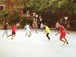 Jouer au foot avec le masque Centre de BTB.JPG
