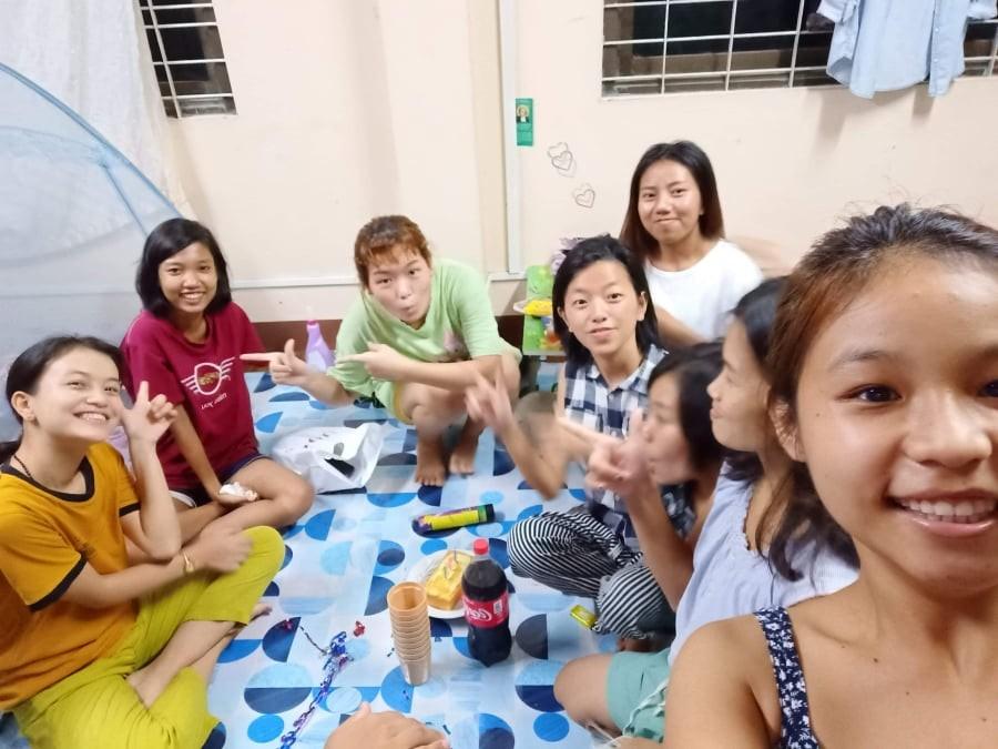 Elisabeth, Tinzar Phyo, Sony, Esther Thui Lang, Patricia, Twe Twe Mya, Regina et Esther Nuk Chyit qui fêtent l'anniversaire de Thinzar phyo, début Août, à Yangon, dans le foyer des filles d'Enfants du Mékong