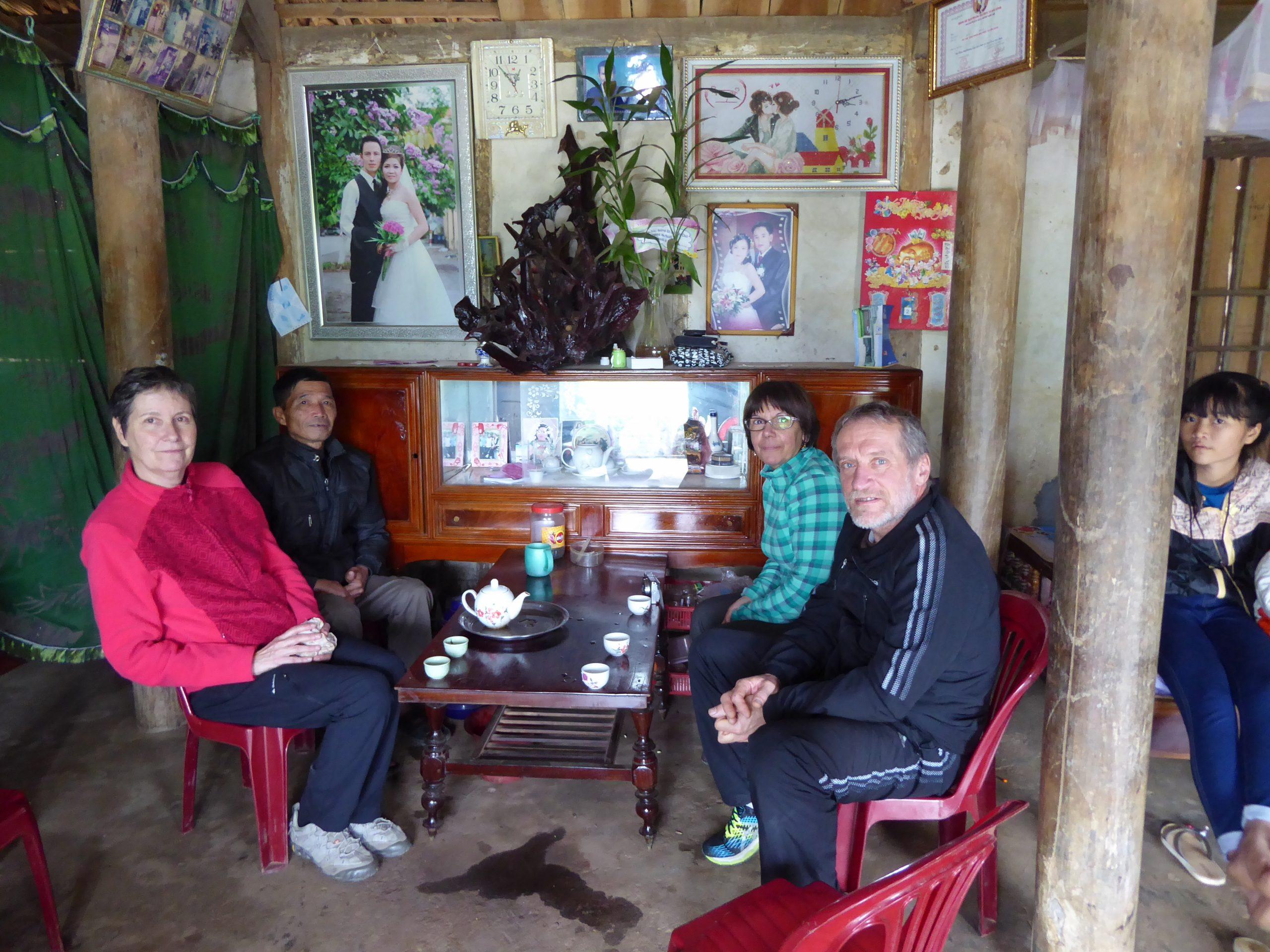 Giliane dans la famille de sa filleule Nhung, au Vietnam
