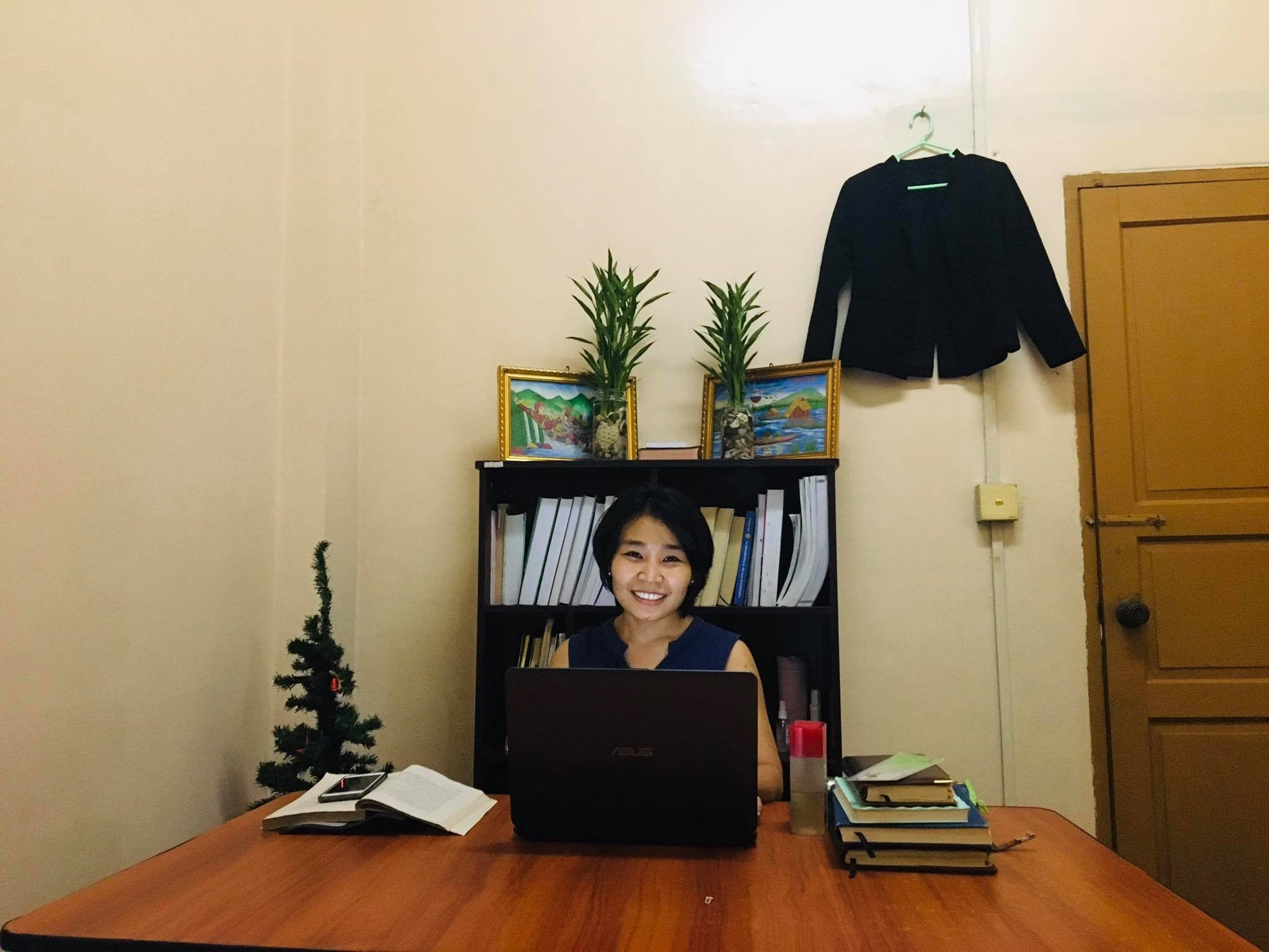 Twe Twe Mya, restée au foyer depuis fin mars, a aménagé la salle informatique du foyer des filles afin de pouvoir travailler en télétravail pour la cabinet d'avocat dans lequel elle est en formation.