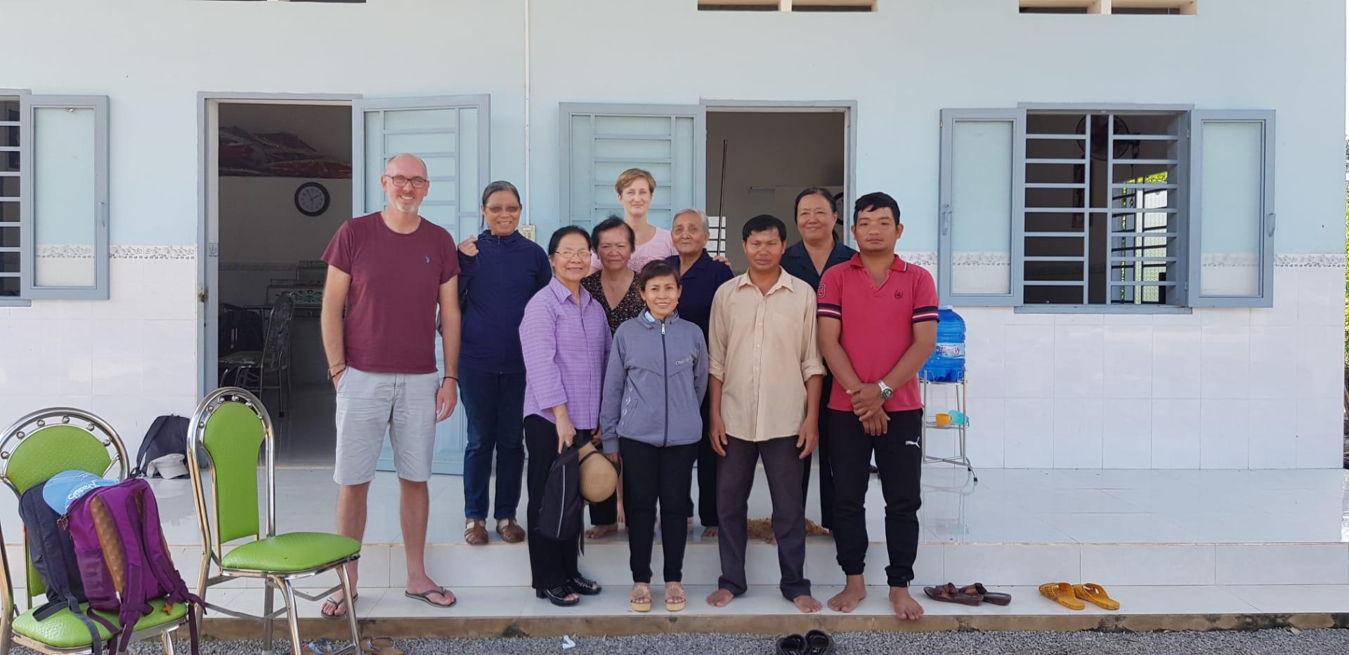 David et Michel sont reçus dans la famille de leur filleule au Vietnam