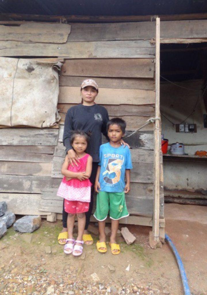 La filleule Ktu devant sa maison