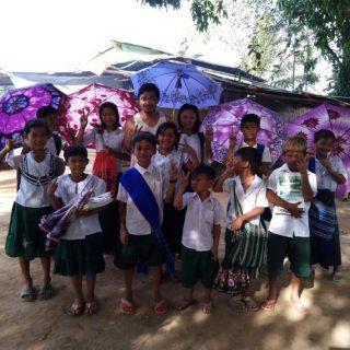 Le diocèse a chargé le Père Philip Shwe de créer un foyer d'accueil à Htee Hta, à une heure de la frontière entre la Thaïlande et la Birmanie, afin d'accueillir les familles de réfugiés rapatriées depuis le camp de Tham Hin. Il commence déjà à recevoir des jeunes venant des environs et issus de familles qui ne peuvent pas assurer leur éducation. Ils sont dix et sont scolarisés à l'école de Htee Hta. Le Père a commencé à construire un bâtiment très rudimentaire pour les garçons. Pour l'internat des filles, il voudrait avec l'aide d'EDM, construire un bâtiment de meilleure qualité, sur deux étages et qui pourrait accueillir une cinquantaine d'enfants. Le premier étage servira de salle d'étude et le second de dortoir. Il voudrait donner une réelle chance à cette nouvelle génération en leur offrant une éducation dans un bel environnement sain et sécurisé. En plus d'un enseignement classique (maths, anglais, histoire …), le Père veut aussi aider les jeunes à se construire physiquement, spirituellement et affectivement.