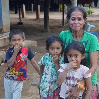 Des couvertures pour les familles de Vientiane, Thakhek
