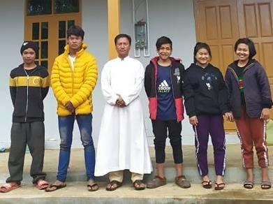 Père Michael avec des jeunes du foyer