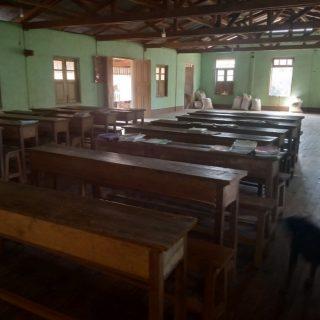 Des bureaux pour les élèves de l'état Karen