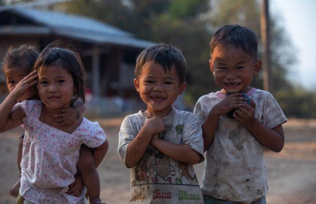 Enfants dans un village Karen