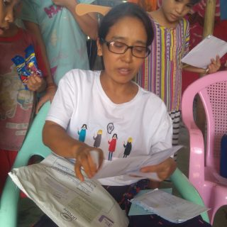 Saniu et un de ses garçons dans la banlieue de Rangoun en Birmanie