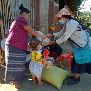 Depuis le 1er février 2021 – date de la prise du pouvoir par les militaires birmans et du renversement du gouvernement civil) – la population birmane réagit dans un mouvement massif de protestation non violente. Initié par des médecins et le personnel médical quelques jours après l'évènement, il a été rejoint par les employés des banques, des transports (cheminots), des compagnies d'électricité, des ministères, et de nombreux acteurs de la société civile (professeurs, commerçants, artisans…) entrainant une mise à l'arrêt complète du pays. Malheureusement chaque jour qui passe voit le durcissement de la répression par l'armée et entraîne le pays progressivement vers la guerre civile. Malgré la pression des autorités pour reprendre le travail, beaucoup de personnes ont abandonné leur poste pour protester et participer aux manifestations et se retrouvent sans revenus. Associé à l'impact déjà fort des restrictions sanitaires et l'arrêt d'activités dues au Covid 19, le mouvement de désobéissance civile renforce paradoxalement la précarité des familles déjà éprouvées par les conséquences de la pandémie. Ainsi entre janvier 2020 et octobre 2020 le nombre de personnes vivant avec moins de 1,90 $ par jour est passé de 16% à 63%. Avec l'arrêt du pays, la fermeture des magasins et des banques certaines franges de la population ne peuvent se nourrir n'ayant plus d'argent pour nourrir leurs familles. Certains responsables de programmes ont monté des projets de nutrition et d'hygiène à Yangon, Mandalay mais également dans les petites villes en province, notamment pour apporter une aide alimentaire de base aux familles - riz, huile, œufs, condiments - et des produits d'hygiène. Vous pouvez nous aider à répondre à leurs besoin en faisant un don ici.