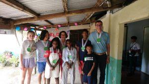 Photo de famille au village lors de la visite des parrains de John Rence.