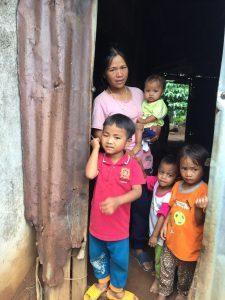 Une famille vietnamienne reçoit de la nourriture