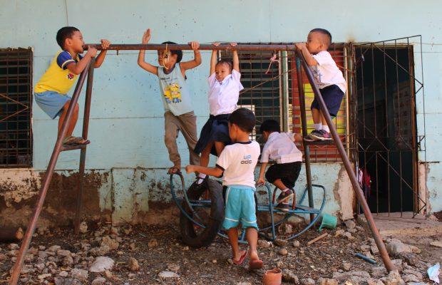 Enfants jouant dans le bidonville d'Alaska à Cebu City, Philippines
