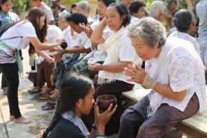 Les petits-enfants prennent soin de leurs grands-parents à l'occasion du nouvel an khmer