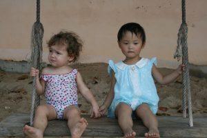 La fille d'Aurélie et une autre petite fille en Asie