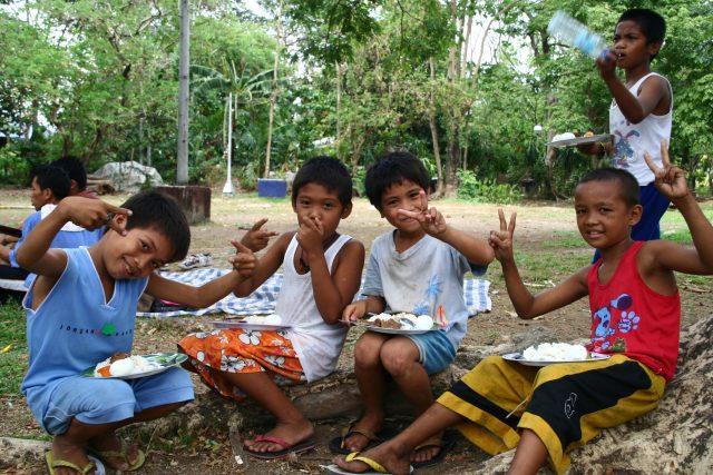 Enfants pique niquant aux Philippines grâce à Joe Dean