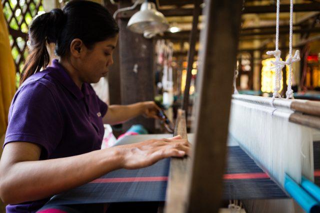 Femme tissant la soie au Cambodge