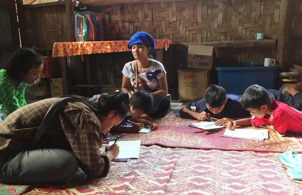 . Des filleuls écrivent des lettres à leurs parrains dans le camps karen de Mae Ra Moe