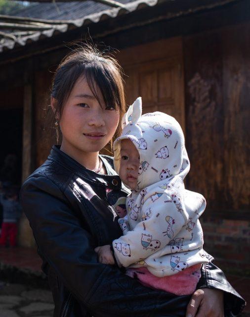 jeune mère adolescente Hmong et son bébé