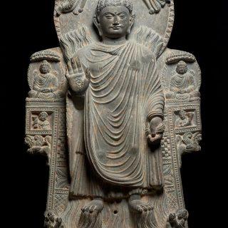 L'abhayamudra Geste de l'absence de crainte et posture debout)