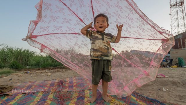 Garçon dans un bidonville de Phnom Penh