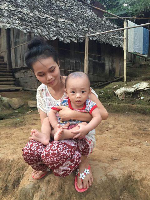 Une maman et son fils regardent le match de foot. Les distractions sont rares dans le camps de Mae La Oon